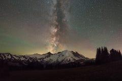 Vintergatangalax bak Mount Rainier arkivbild