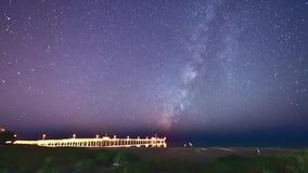 Vintergatanhimmel ovanför en fiskepir på stranden i Florida Timelapse stock video