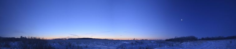 Vintergryning i fältet Arkivfoto