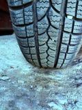 Vintergummihjul med den fastnade insidan för sten royaltyfri bild