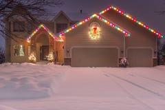Vinterhem med ferieljus och spår Royaltyfria Bilder