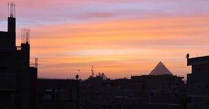 Vinterhimmel över pyramiderna av giza royaltyfri bild