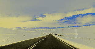 Vinterhuvudväg med telefonpoler Royaltyfri Bild