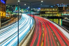 Vinterhuvudvägtrafik i Stockholm, Sverige Arkivfoto
