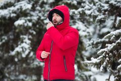 Vinterinfluensabegrepp Manligt nysa Den skäggiga mannen har influensa och feber i den utomhus- vinterdagen royaltyfria bilder