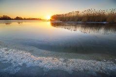 Vinteris smältande flod för is Arkivbild