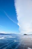 Vinterislandskapet på Lake Baikal med dramatiskt väder fördunklar Royaltyfri Bild