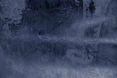 Vinterismodell på det djupfrysta fönstret Textur bakgrund för att sätta in text nytt temaår Vinter kallt royaltyfri foto