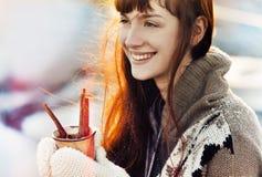 Vinterjulflicka med den varma drinken Royaltyfri Fotografi