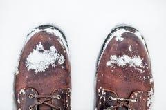 Vinterkängor i snö Arkivfoton