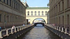 Vinterkanal Solig dag i august St Petersburg stock video