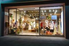 Vinterkläder shoppar fönsterframdelen arkivfoto