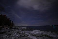 Vinterkustlinjelandskap på natten från Tobermory royaltyfri fotografi