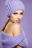 Vinterkvinna i varma kläder Arkivbild