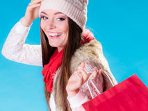 Vinterkvinna med den röda pappers- shoppingpåsen Royaltyfri Bild