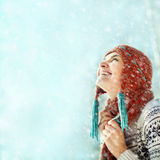 Vinterkvinna på en gå Arkivbild