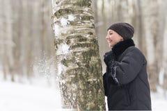 Vinterkvinnan har roligt utomhus Royaltyfria Bilder
