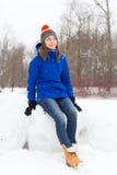 Vinterkvinnan har roligt utomhus Royaltyfri Fotografi