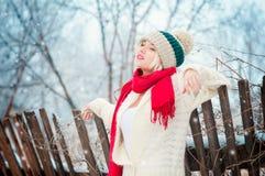 Vinterkvinnastående Arkivfoto