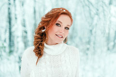 Vinterkvinnastående i den december skogen Arkivbilder