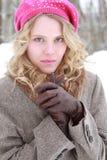Vinterkvinnastående med läderhandskar Royaltyfri Foto