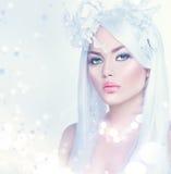 Vinterkvinnastående med långt vitt hår fotografering för bildbyråer