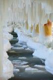 Vinterlandskap. Östersjön. Stäng sig upp istappar för isbildande på pirpoler Arkivfoton