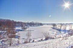 Vinterlandskap över sjön Royaltyfria Bilder