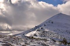 Vinterlandskap av berg Arkivfoton
