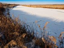 Vinterlandskap av den lilla floden under snön Royaltyfria Foton