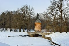 Vinterlandskap av den Pavlovsk trädgården, Pil-torn paviljong Arkivbild