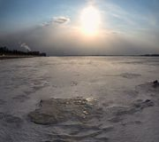 Vinterlandskap av dentäckte fält, träd och floden i den tidiga dimmiga morgonen Royaltyfria Bilder