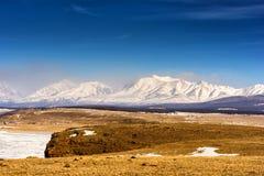 Vinterlandskap av Mongoliet Vit bergbakgrund och gul dal arkivbild