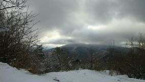 Vinterlandskap i berg, tidschackningsperiod stock video