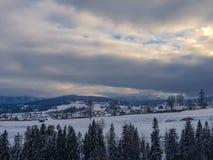 Vinterlandskap i Bialka Tatrzanska, Polen royaltyfri fotografi