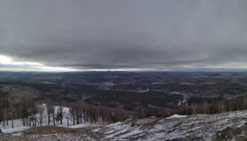Vinterlandskap i Urals det molniga dagberget Sugomak arkivbild