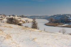 Vinterlandskap med den lilla floden Sura Arkivbilder