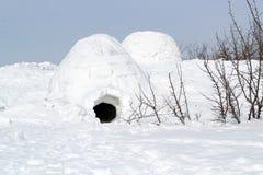 Vinterlandskap med den snöig eskimo byn igloo arkivbilder