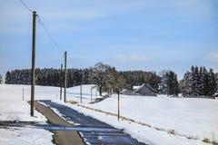 Vinterlandskap med den vägBayern Tyskland Royaltyfri Bild