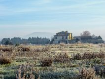 Vinterlandskap med djupfryst gräs för rimfrost och det gamla typiska huset i Provence, sydliga Frankrike royaltyfri fotografi