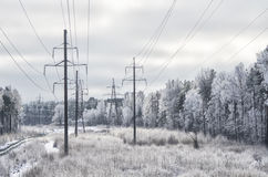 Vinterlandskap med electro linjer Arkivfoton