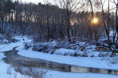 Vinterlandskap med en flod Arkivfoton
