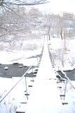 Vinterlandskap med en liten bro Arkivfoton