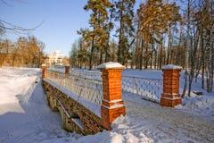 Vinterlandskap med en sikt av det stenbron och kapellet Arkivfoto