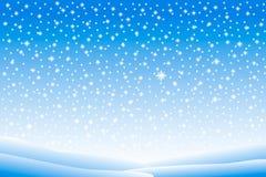 Vinterlandskap med fallande snö Arkivfoto