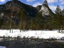 Vinterlandskap med floden och berg arkivfoto