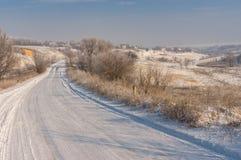 Vinterlandskap med landsvägen Royaltyfri Bild