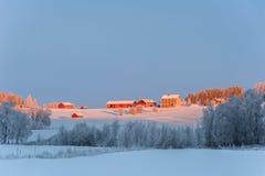Vinterlandskap med lantgård-hus, Sverige Arkivfoto