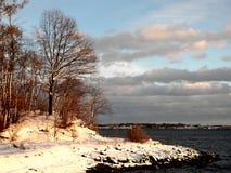 Vinterlandskap med snö och den låga solen Arkivbilder