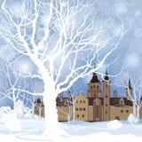 Vinterlandskap med snöskogen och byggnad Gammalt hus i medeltal Royaltyfria Bilder